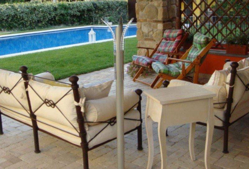 illuminazione esterna villa moderna con piscina e giardino