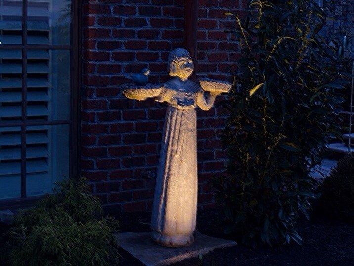 illuminazione esterna villa luce statua