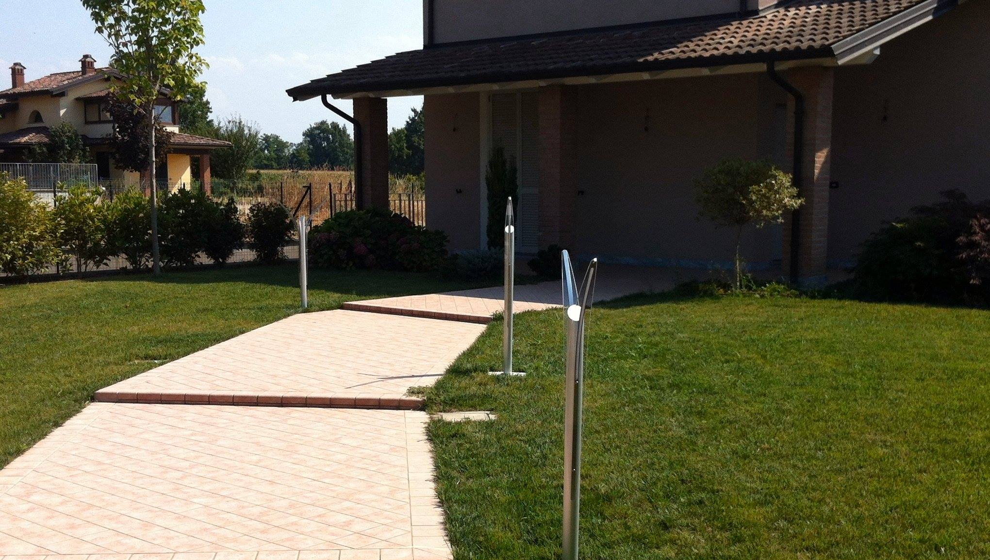 Illuminazione esterna villetta illuminazione giardino - Vialetti da giardino ...