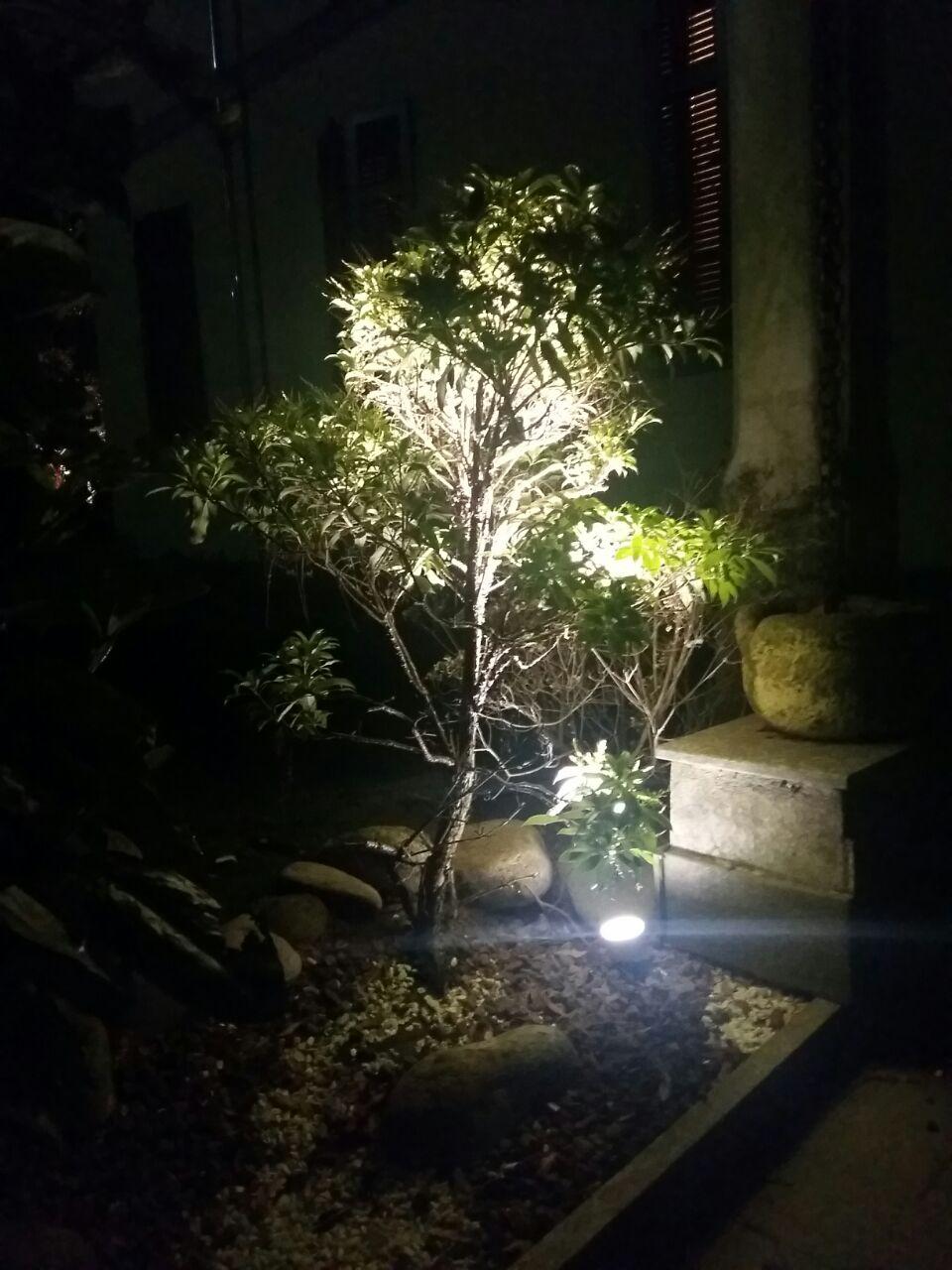 Faretto da giardino con picchetto a led illuminazione for Illuminazione da giardino a led